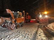 Zahlreiche Schneeräumungsfahrzeuge helfen, die Strassen für die Rettungskräfte frei zu schaufeln. (Bild: Martin Oswald)