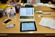 Benützen Luzerner Gymi- oder Berufsschullehrer im Unterricht private Laptops, werden sie entschädigt. (Symbolbild: Christian Beutler/Keystone)