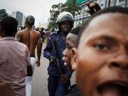 Im Kongo kommt es nach der Bekanntgabe des Wahlresultats zu Unruhen - Augenzeugen berichteten von Tränengas und Warnschüssen. (Bild: KEYSTONE/EPA/HUGH KINSELLA CUNNINGHAM)