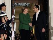 Angela Merkel wurde am Donnerstag zum Auftakt ihres Griechenland-Besuch von Ministerpräsident Alexis Tsipras empfangen. (Bild: Keystone/AP/THANASSIS STAVRAKIS)