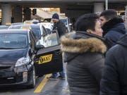 Taxifahrer besetzen aus Ärger gegen illegale ausländische Konkurrenz alle Standplätze am Flughafen Genf. Dem Staat und der Flughafendirektion werfen sie Untätigkeit vor. (Bild: Keystone/MARTIAL TREZZINI)