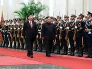 Chinas Präsident Xi Jinping (links) und Nordkoreas Diktator Kim Jong Un (rechts) haben sich nach ihren jüngsten Treffen in Peking positiv über eine Wiedervereinigung der beiden Koreas geäussert. (Bild: KEYSTONE/AP Xinhua/SHEN HONG)