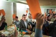 Nur Mike Eggers eigener Wahlzettel blieb unbenutzt: Der 26-jährige Bernecker SVP-Politiker wurde von 133 Delegierten ohne eine Gegenstimme zum Ständeratskandidaten nominiert. (Bilder: Michel Canonica)