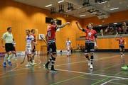 Ad Astra Sarnen beim letzten Sieg gegen Ticino Unihockey: Robin Markström und Tatu Eronen (rechts) beglückwünschen sich zum Torerfolg. Bild: Simon Abächerli (Sarnen, 2. Januar 2019)