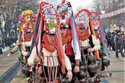 Der Kopfschmuck der Kukeri-Gruppe aus Kliment (Bulgarien) ist mit vielen Blumen bestückt. Diese sollen an die reiche Ernte der ölhaltigen Rosen erinnern. (Bild: pd)