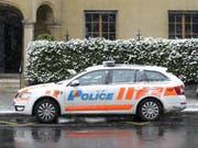 Die Genfer Polizei fanden in einem Gebäude einen Mann vor, der mit einer Schusswaffe getötet worden war. Der mutmassliche Täter wurde verhaftet. (Bild: Keystone/MARTIAL TREZZINI)