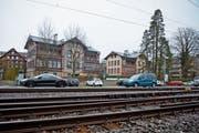 Ein Stück Geschichte mitten in Cham: Die beiden Kolonialstilhäuser beim Bahnhof. (Bild: Maria Schmid (21. Dezember 2018))
