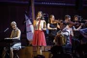 Star Melanie Oesch mit Mutter Annemarie und Vater Hansueli vor dem Orchester. (Bild: Manuela Jans-Koch)