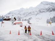 Die Zufahrt zur Säntisbahn und zum Hotel auf der Schwägalp, wo die Lawine am Donnerstag niederging, ist weiterhin gesperrt. (Bild: Gian Ehrenzeller/Keystone (Hundwil, 11. Januar 2019))
