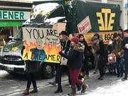 Die Streikenden haben zum Teil sehr kreative Plakate gestaltet. Hier: Christoph Blocher als «Dreamer». Inklusive Anspielung auf das virale Video, in dem seine Tochter Magdalena Martullo-Blocher einen Mitarbeiter auf Englisch einen Träumer schimpft. (Bild: Luca Ghiselli)