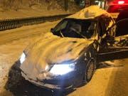 Am Donnerstagmorgen in St.Gallen in eine Verkehrskontrolle geraten: 28 Zentimeter Neuschnee auf dem Dach, Schnee auf der Motorhaube und unleserliches Kontrollschild. Das könnte teuer werden! (Bild: Stadtpolizei St.Gallen - 10. Januar 2019)
