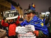 Pro-Europäer protestieren während des Festakts. (Bild: Daniel Mihailescu/AFP (Bukarest, 10. Januar 2019))