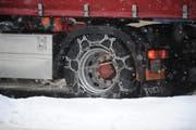 Mit Schneeketten kein Problem: Lastwagen bei starkem Schneefall. (Symbolbild: Nana da Carmo)