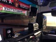 Chauffeur platziert Mikrowelle auf der Ablagefläche des Armaturenbrettes. (Bild: Schaffhauser Polizei)