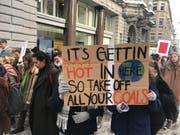 Und hier eine Anspielung auf Nellys Kultsong «Hot in Here». Im Gegensatz zum Song sollen aber nicht «clothes», also Kleider, abgezogen werden, sondern Kohle. (Bild: Luca Ghiselli)