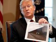 US-Präsident Donald Trump hat seine Notstands-Drohung schon wieder relativiert. Im Weissen Haus führte er Gespräche zur Grenzsicherheit. Die Mauer, die er an Mexikos Grenzen bauen möchte, blockiert das öffentliche Leben in den USA. (Bild: KEYSTONE/AP/JACQUELYN MARTIN)