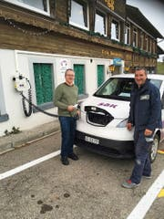 «Hulftegg»-Gastgeber Andreas Kalberer (links) und Andreas Aebli, Monteur bei der SAK, vor der neu installierten Ladestation für Elektroautos. (Bild: PD)