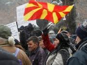 Die Gegner des Namenswechsels für ihr Land haben sich nicht durchgesetzt. Das Parlament hiess den neuen Landesnamen Nord-Mazedonien mit der nötigen Zweidrittelsmehrheit gut. (Bild: KEYSTONE/AP/BORIS GRDANOSKI)