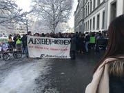 Nach der grossen Pause haben sich die Schülerinnen und Schüler im St.Galler Kantipark versammelt. (Bild: Luca Ghiselli)