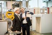 Albert Herzog und Sohn Marc Herzog begutachten ein eben fertiggestelltes Küchenmöbel. (Bild: Reto Martin)