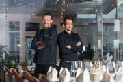 Patrick Sommer (links) – hier mit Restaurantleiter Christian Berger – im Restaurant Goldener Wagen. (Bild: Eveline Beerkircher (Oberkirch, 10. Januar 2019))