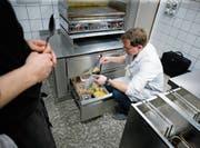 Lebensmittelkontrolleur Matthias Foerster nimmt Proben, kontrolliert Etikettierungen und prüft die Sauberkeit der Lagerregale. (Bild: Stefan Kaiser (Zug, 9. Januar 2018))