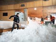 Die Schneemassen drangen durch die geborstenen Fenster ins Hotel-Restaurant ein und türmten sich bis an die Decke. (Bild: KEYSTONE/GIAN EHRENZELLER)