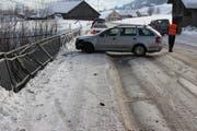 Am Freitagvormittag kam eine 41-jährige Frau mit ihrem Wagen vor der Kaubachbrücke ins Schleudern. Dabei entstand hoher Sachschaden. (Bild: Kapo AI)