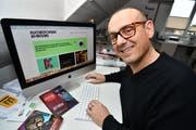 Donato Saragoni von der Programmgruppe surft auf der neuen Webseite des Kulturforums. (Bild: Manuel Nagel)