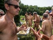 Nudisten bei einem Picknick in Paris im Juni 2018. (Bild: KEYSTONE/EPA/CHRISTOPHE PETIT TESSON)