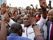 Oppositionskandidat Martin Fayulu, hier mit Anhängern in Kinshasa, will das Ergebnis der Wahlen in der Demokratischen Republik Kongo anfechten. (Bild: KEYSTONE/AP/JEROME DELAY)