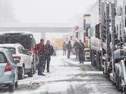 Autobahn A8 in Deutschland: Zahlreiche Menschen mussten etwa wegen quer stehender Lastwagen die Nacht auf Freitag auf der Autobahn verbringen. (Bild: KEYSTONE/EPA/LUKAS BARTH-TUTTAS)