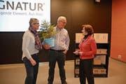 Rösli und Sepp Brunner erhalten von der FDP-Ortspartei die diesjährige «Waldstätter Tanne» überreicht. (Bild: Karin Erni)