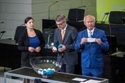 Auslosung der Listennummer für die Wahlen 2019 im Kantonsratssaal in Luzern. Justizdirektor Paul Winiker (blauer Anzug) nahm die Auslosung vor. (Bild: Pius Amrein (Luzern, 27. August 2018))
