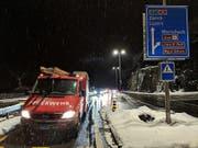 Die Brunner Feuerwehr leitet den Verkehr beim Wolfsprung um. (Bild: Geri Holdener/ Bote der Urschweiz)