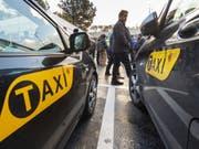Aus Ärger gegen illegale Konkurrenz aus dem Ausland besetzten Taxifahrer die Standplätze am Flughafen Genf. Den Behörden warfen sie Nachlässigkeit vor. (Bild: Keystone/MARTIAL TREZZINI)