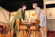 Das Heu nicht auf der gleichen Bühne: Wilma Geierling (Manuela Küttel) links und Jolanda Geierling (Margrit Gisler) rechts. (Bild: Robi Kuster)