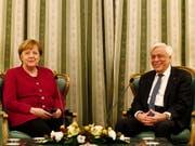 Bundeskanzlerin Angela Merkel ist am Freitag zu Besuch beim griechischen Staatspräsidenten Prokopis Pavlopoulos. (Bild: KEYSTONE/EPA ANA-MPA/ALEXANDROS VLACHOS)