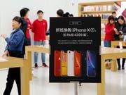 Nachdem die Apple-Verkäufe in China unter Druck geraten sind, haben verschiedene Elektronikhändler die Preise für das neue iPhone-Modell gesenkt, (Bild: KEYSTONE/EPA/WU HONG)