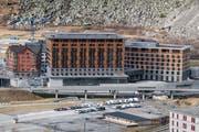 Erhalten Gesellschaft: In Andermatt ist ein Aparthotel geplant. Hier das Swiss Alps Resort mit dem Hotel Radisson Blu im Vordergrund. (Bild: Luzerner Zeitung, 8. November 2018)