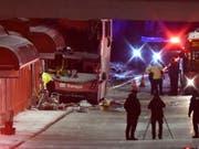 Beim Unfall wurde beim Doppeldecker-Bus ein grosser Teil der oberen Busetage abgerissen. (Bild: KEYSTONE/AP The Canadian Press/JUSTIN TANG)