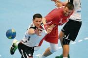 Der Schweizer Jonas Schelker (links, hier gegen den Polen Kamil Syprzak) erzielte am Samstag zwei Tore. (Bild: Walter Bieri/Keystone (Zug))