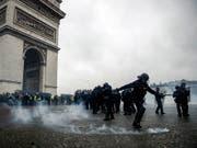 In Paris kam es am Samstagnachmittag zu Auseinandersetzungen zwischen Polizei und Demonstranten, wie hier am Arc de Triomphe. (Bild: KEYSTONE/EPA/YOAN VALAT)