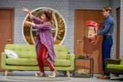 Generalprobe: Die schusselige Haushälterin Dotty (Birgit Bücker) und Garry (Christian Hettkamp), der nicht so recht weiss, wohin mit Karton und Tasche.