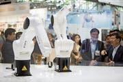 Roboter des deutschen Herstellers Kuka, der von einer chinesischen Firma übernommen wurde. (Bild: Martin Leissl/Bloomberg, München, 21. Juni 2016)