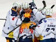 Die Zuger freuen sich über das 1:0 von Topskorer Lino Martschini (Bild: KEYSTONE/PETER KLAUNZER)
