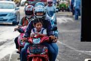 In Thailands Hauptstadt Bangkok tragen nicht immer alle einen Helm. (Bild: David Longstreath/Getty, 1. Juni 2017)