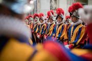 Rekruten der päpstlichen Schweizergarde nehmen in der Peterskirche an der Messe teil, die der Vereidigung der neuen Schweizer Garde vorausgeht. (Bild: Gabriele Putzu/Keystone (Rom, 6. Mai 2018))