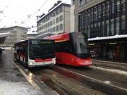 Der stillstehende Tango und der Bahnersatzbus in Richtung Trogen. (Bild: Reto Voneschen)