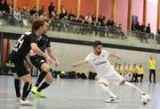 Im Futsal braucht es weniger Zuschauer als im Fussball, um eine tolle Atmosphäre zu erzeugen. Im Ostschweizer Derby gegen Uzwil zeigen die Golden Lions (Weiss) zudem, wie temporeich und dynamisch das Spiel ist. (Bild: Mario Gaccioli, Weinfelden, 6. Januar 2019)